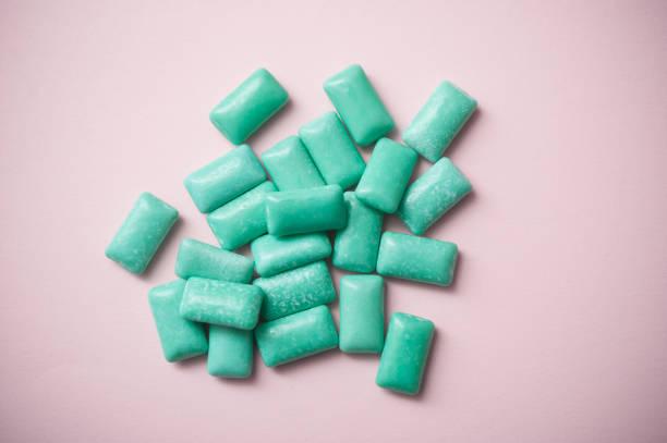 pepermunt kauwgom op roze achtergrond - kauwgom stockfoto's en -beelden
