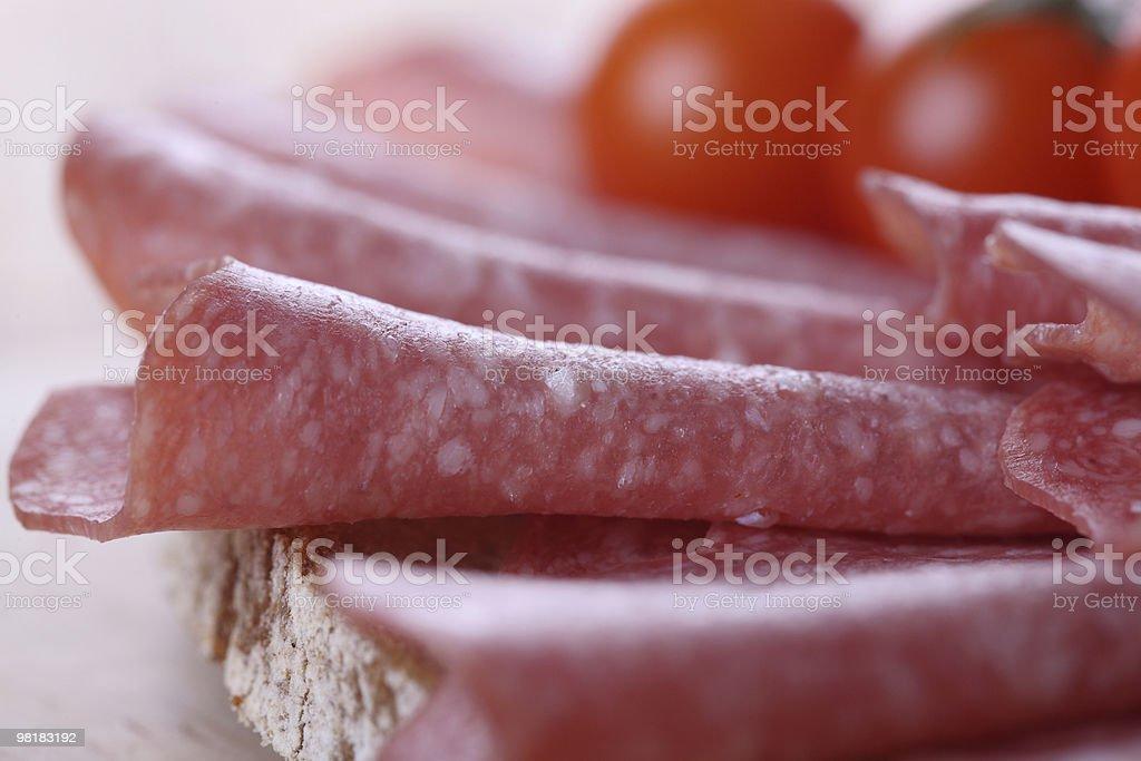 Salame piccante pane primo piano foto stock royalty-free