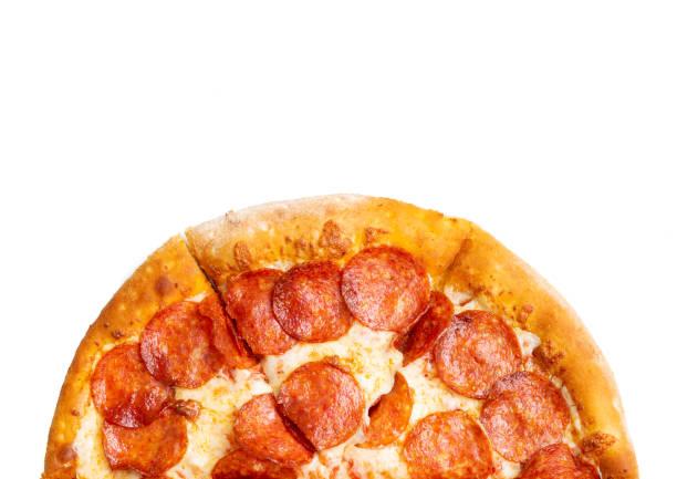 peperoni pizza op witte achtergrond - dikke pizza close up stockfoto's en -beelden