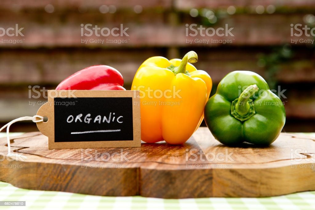 Peppers - Capsicum - with organic tag Стоковые фото Стоковая фотография