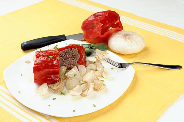paprika mit fleisch - perlzwiebeln stock-fotos und bilder