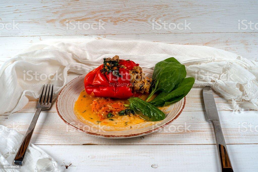 Peperoni ripieni con quinoa e noci. Piatto vegetariani foto stock royalty-free