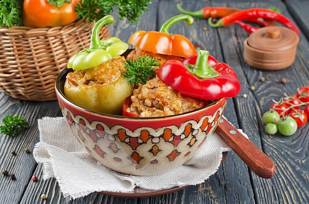 peppers gefüllt mit reis und fleisch - gemüseauflauf mit hackfleisch stock-fotos und bilder