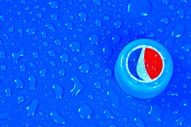 Pepsi Cola bottle cap on blue and wet surface – Foto