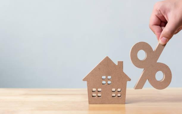Prozentsatz und Haus Zeichen Symbol Symbol aus Holz auf Holz Tisch mit weißem Hintergrund – Foto