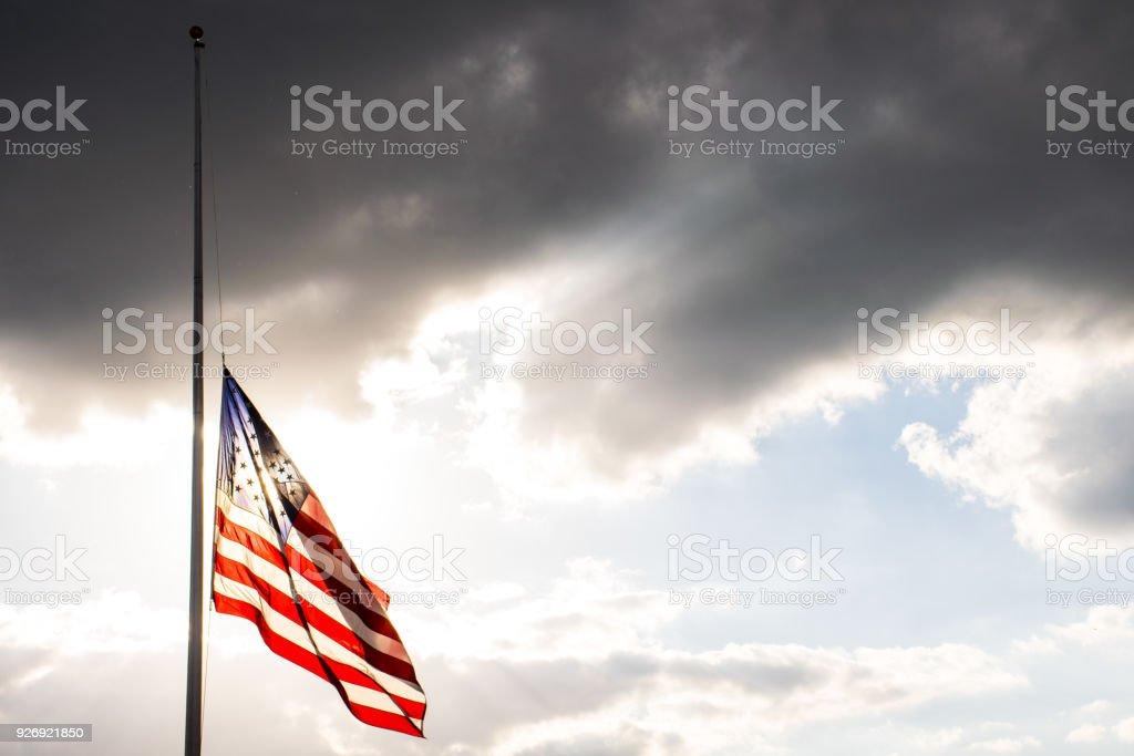 Perfekte amerikanische Flagge auf Halbmast winken in den Wind gestreckt nach eine weitere traurige Gedenkstätte gesenkt – Foto