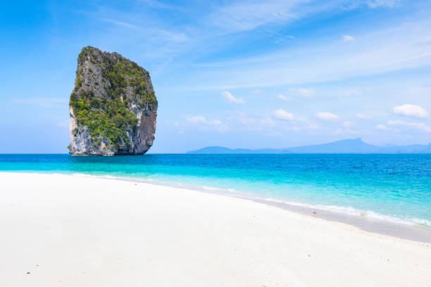 praia perfeita, branco transparente, areia mar turquesa água, azul céu - beach in thailand - fotografias e filmes do acervo