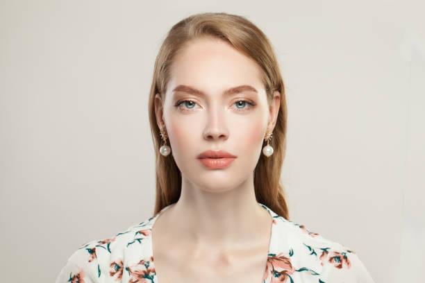 perfekte elegante frau trägt goldene ohrringe mit perlen auf weißem hintergrund - promi schmuck stock-fotos und bilder