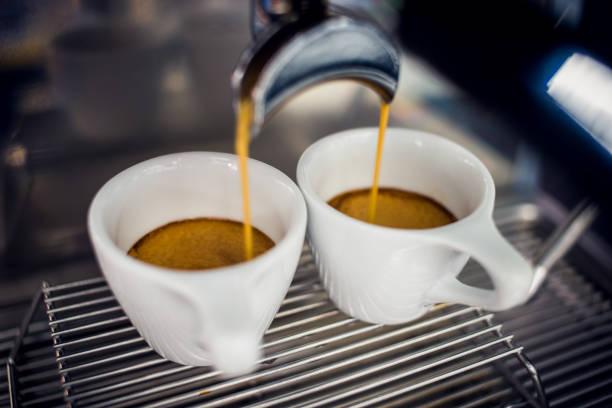 perfekten espresso - espresso stock-fotos und bilder