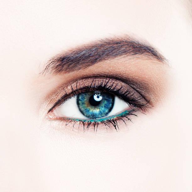 perfekte weibliche auge mit make-up, makro - blaues augen make up stock-fotos und bilder