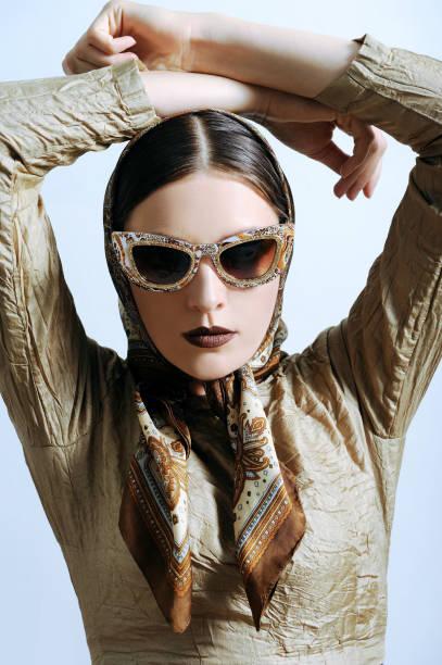 Parfaite modèle féminin posant dans lunettes de soleil fashion. - Photo