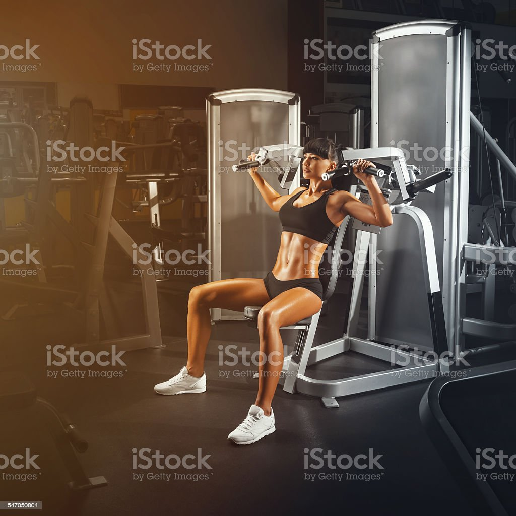 Ajuste mulher jovem atlética, a fazer exercícios em especial spor - foto de acervo