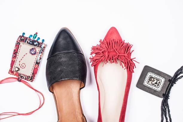 PerfekteS Spiel von roten und schwarzen Frauen Schuhe für eine Party Outfit isoliert auf weißem Hintergrund – Foto