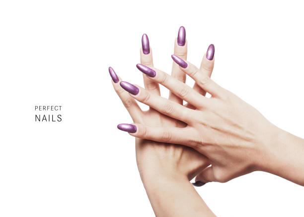 perfekte nägel - schöne nägel lackiert mit lila nagellack - nailstudio stock-fotos und bilder