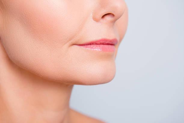 完璧な自然の唇の maqullage。美しい魅力的な女性の口、ウェルネス、健康、治療、療法の概念を灰色の背景に分離とトリミングのマクロ写真をクローズ アップ ストックフォト