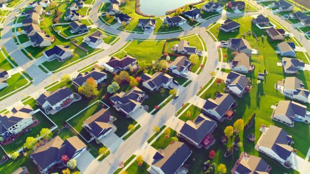 Perfekte Nachbarschaften, Häuser, Frühling-Luftbild bei Sonnenaufgang. – Foto