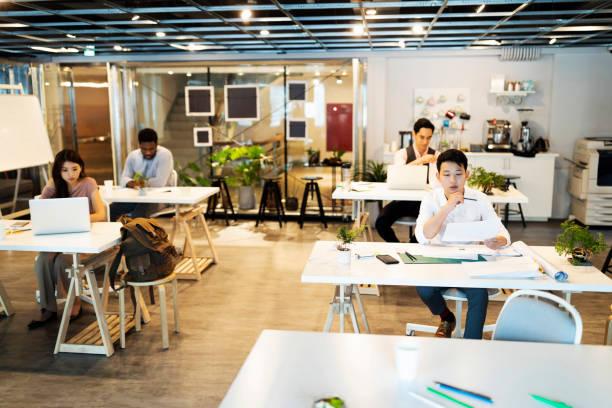 找到成功所需的靈感的完美地點 - 虛擬辦公室 個照片及圖片檔