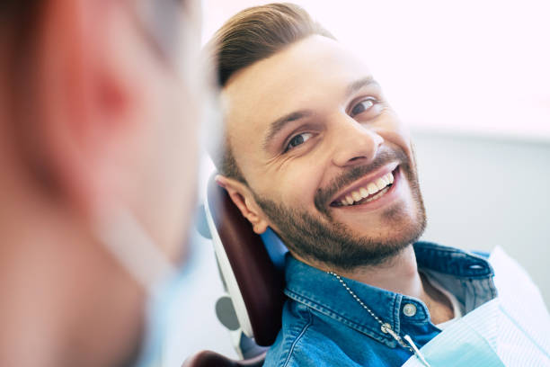 牙醫工作的完美結果, 從一個對診所治療結果絕對滿意的病人身上的美麗和白色的笑容中可見一斑。 - 微笑 個照片及圖片檔