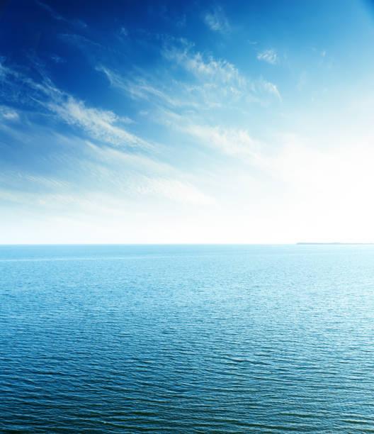 海の上の青い空に完璧な夕日。航空写真ビュー ストックフォト