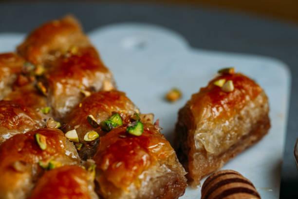 Parfait baklava douce avec pistache sur fond de marbre - Photo