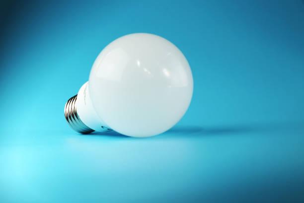 eine perfekte weiße led birne und europäische union für die alltägliche verwendung genehmigt - glühbirne e27 stock-fotos und bilder