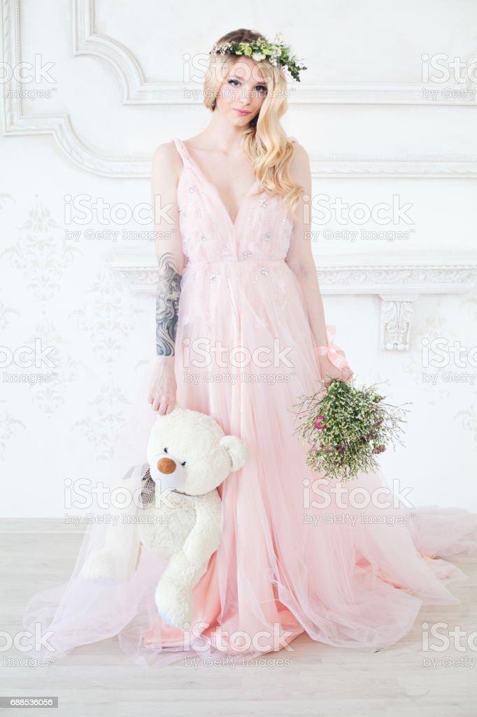 Perfekte Frau Tragt Lange Rosa Kleid Mit Blumen Und Weiss Handgemachte Spielzeug Stockfoto Und Mehr Bilder Von Abendkleid Istock