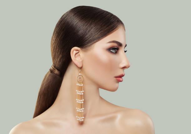 perfekte frau mit gerade gesunde haarschnitt und mode-schmuck-ohrringe mit perlen, schöne weibliche profil - frisuren für schulterlanges haar stock-fotos und bilder