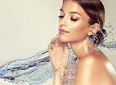 完全に飛んでの水の流れに囲まれたモデルを探しています。美容と肌ケア。