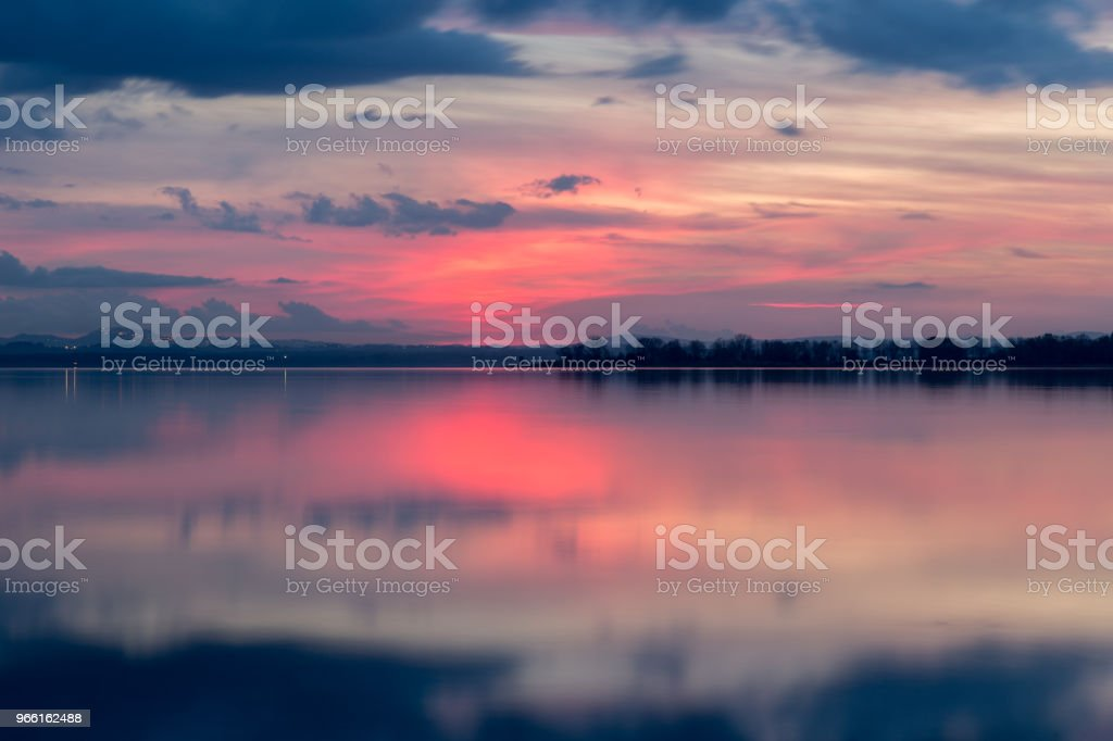 Perfectly symmetric reflection of  sunset on a  lake, with warm - Royalty-free Abstrato Foto de stock