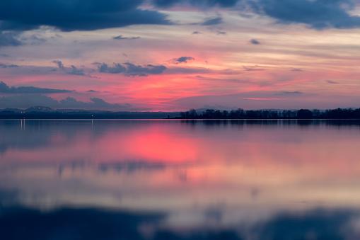 Perfekt Symmetriska Speglar Solnedgång Vid En Sjö Med Varm-foton och fler bilder på Abstrakt