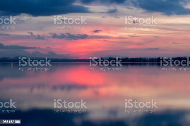 Perfect Symmetrische Weerspiegeling Van De Zonsondergang Op Een Meertje Met Warm Stockfoto en meer beelden van Abstract