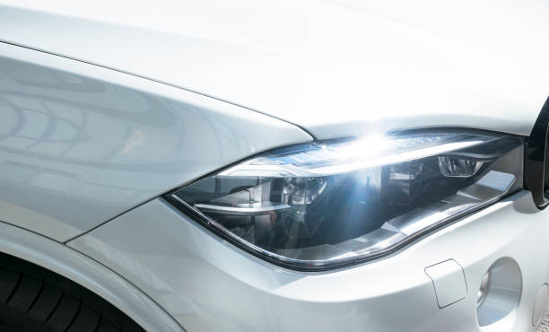 bmw f15 x 5 m performance. vorderansicht eines weißen modernen luxus-autos. auto äußere details - bmw x5 stock-fotos und bilder