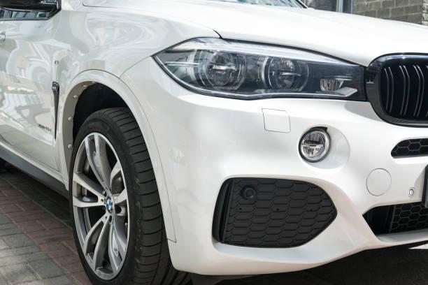 bmw f15 x 5 m performance. reifen und alufelgen rad. vorderansicht eines weißen modernen luxus-autos. auto äußere details - bmw x5 stock-fotos und bilder