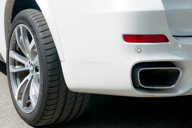 bmw f15 x 5 m performance. reifen und alufelgen rad. seitenansicht eines weißen modernen luxus-autos. auto äußere details - bmw x5 stock-fotos und bilder