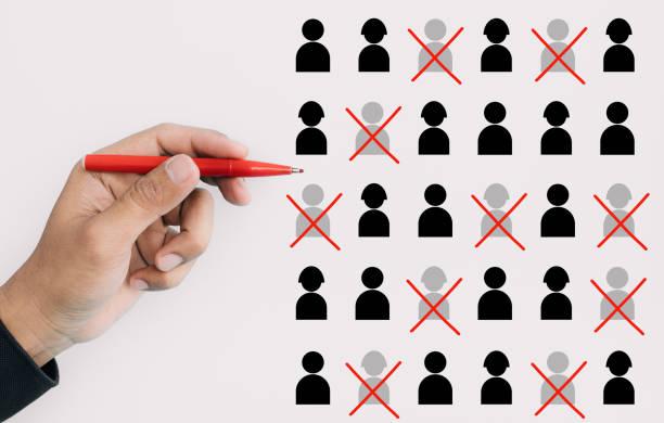 leistungs-und personalmanagementkonzepte mit manager oder ceo ausgewählten mitarbeiterzeichen für build-team. geschäftsentwicklung und wettbewerb - stellenabbau stock-fotos und bilder