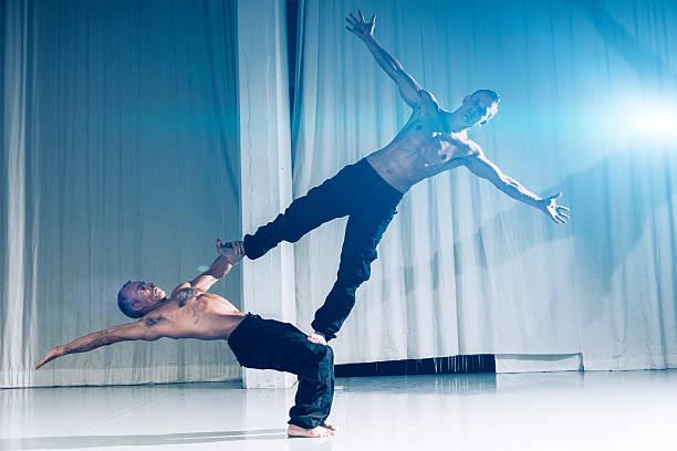 Performance indoor von zwei stark und Muskulös Akrobaten – Foto