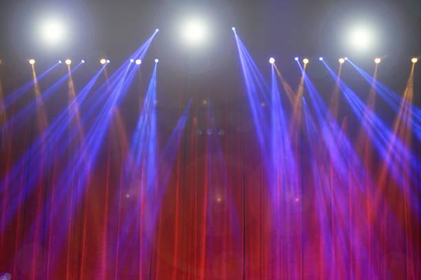 leistung bewegt beleuchtung auf bau lichtstrahl ray - teppich hellblau stock-fotos und bilder
