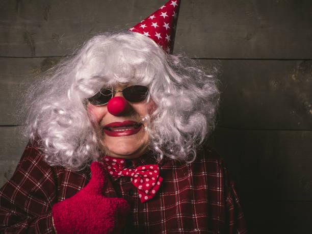 leistung der clown, dumm für den urlaub - spielerfrauen stock-fotos und bilder