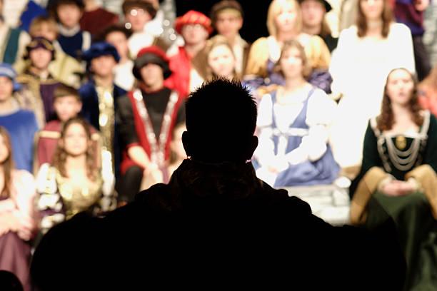 performance kulissen-director-silhouette - hochmittelalter stock-fotos und bilder