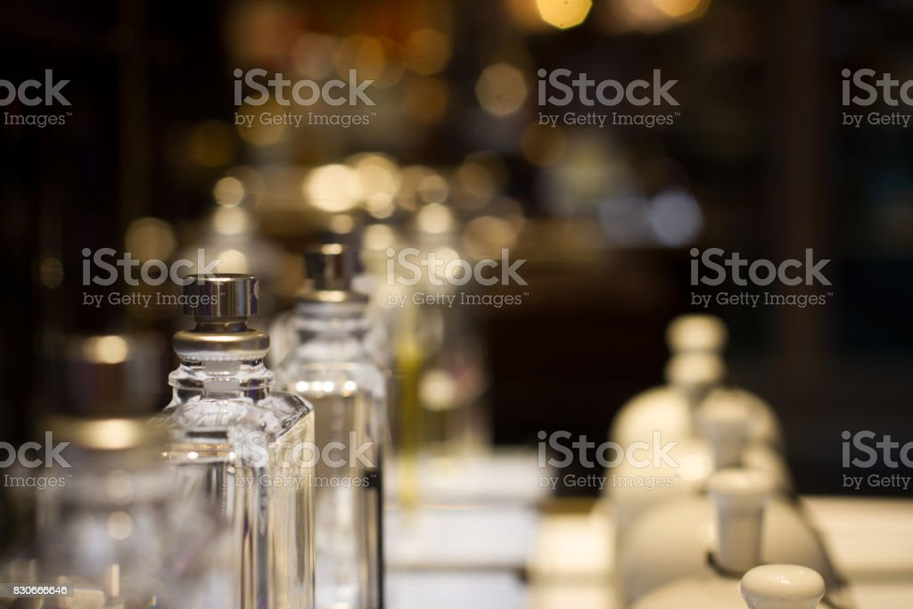 botellas de perfume en el estante de exhibición de tienda - foto de stock