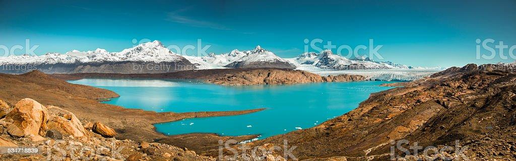 glaciar perito moreno con agua azul - foto de stock