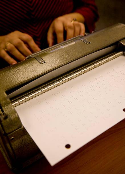 perkins blindenschrift - schnell lesen lernen stock-fotos und bilder