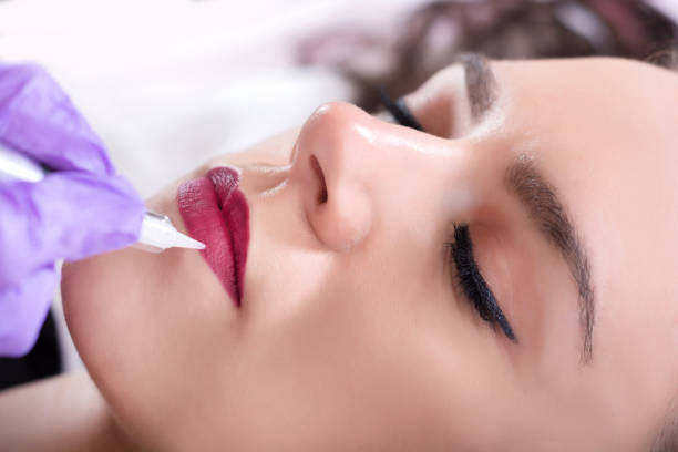 permanent make up for red lips of beautiful woman in beauty salon - durabilidade imagens e fotografias de stock