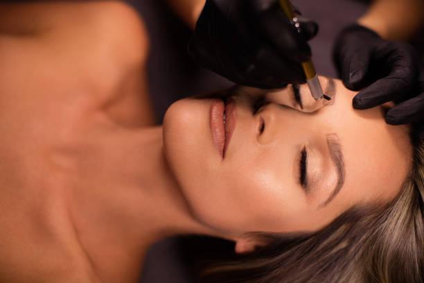 permanent make-up behandlung - gesichtstattoos stock-fotos und bilder