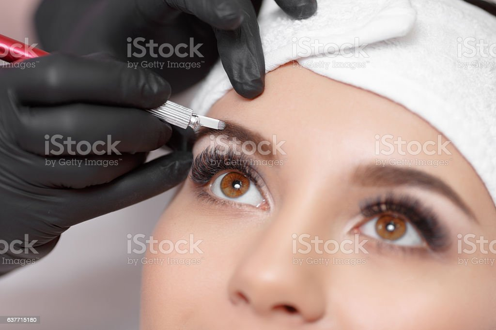 Permanent makeup eyebrows. – Foto