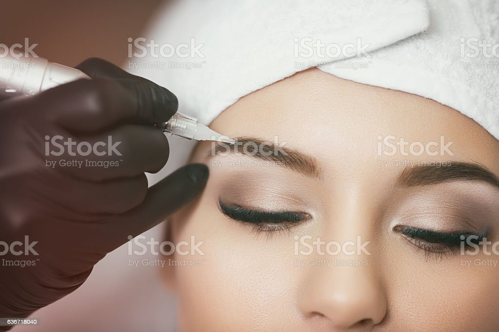 Permanent makeup. Tattooing of eyebrows – Foto