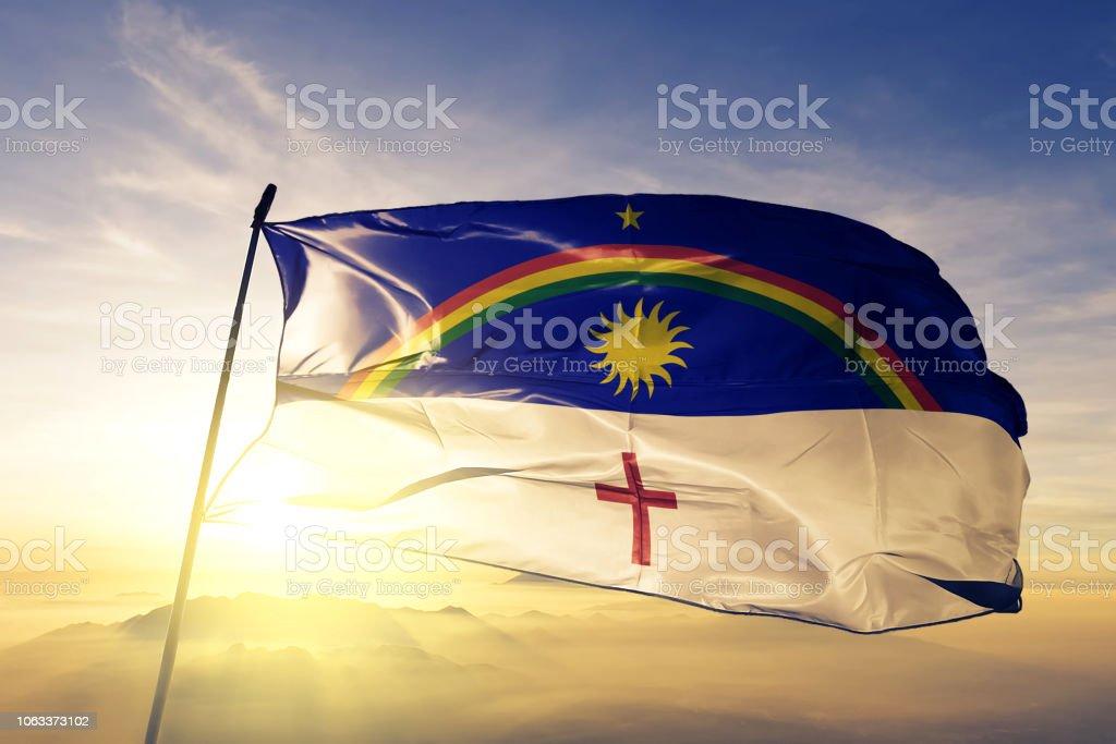 Pernambuco estado do Brasil bandeira pano tecido têxtil acenando do nevoeiro de névoa superior ao nascer do sol - foto de acervo