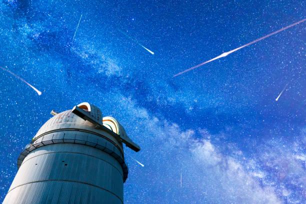 2017 年にペルセウス座流星群流星雨。流れ星。天の川観測所 - 観測所 ストックフォトと画像