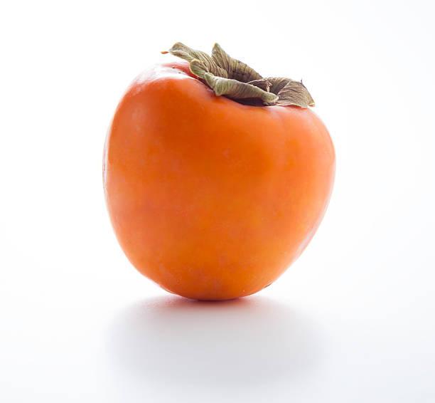 kaki auf wihte - sharonfrucht stock-fotos und bilder
