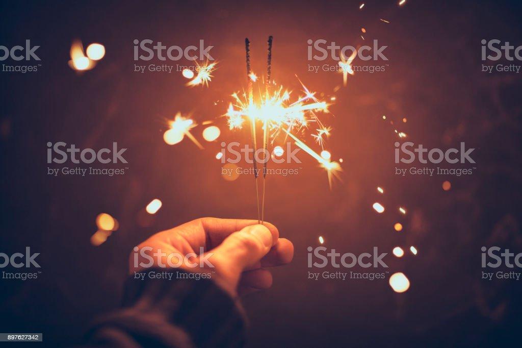 Personne célébrant la nuit en tenant le cierge - célébration de Noël Nouvel an - Photo